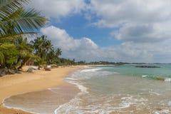 美丽的海滩 好的热带海滩看法与棕榈的 库存照片