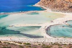 美丽的海盐水湖用清楚的天蓝色的水 库存图片