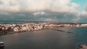 美丽的海码头和旅游区鸟瞰图与步行道的晴朗的夏日 股票录像