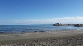 美丽的海视图岩石口岸吹了天空晴天 库存照片