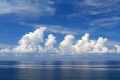 美丽的海运、云彩和蓝天 免版税库存图片
