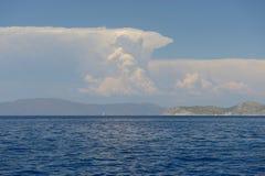 美丽的海运和云彩天空 免版税库存图片