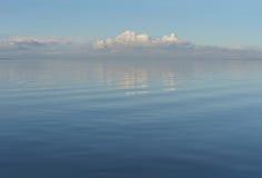 美丽的海运和云彩天空 库存照片