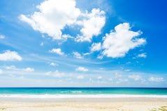 美丽的海运 海滩karon普吉岛泰国 聚会所 免版税图库摄影