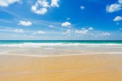 美丽的海运 海滩karon普吉岛泰国 聚会所 免版税库存照片