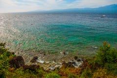 美丽的海运 Apo,菲律宾,在海岛海滩线的看法 顶视图 库存照片