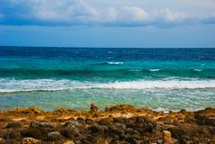 美丽的海运 Apo,菲律宾,在海岛海滩线的看法 库存图片