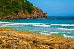 美丽的海运 Apo,菲律宾,在海岛海滩线的看法 免版税库存照片