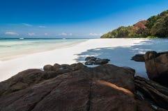美丽的海,蓝天在夏天 免版税库存照片