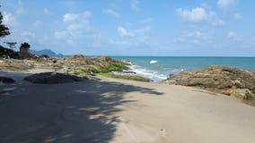 美丽的海滩和岩石在Khanom海滩 免版税库存图片