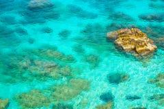 美丽的海滩和绿松石海,厄尔巴岛海岛,意大利看法  免版税库存照片