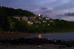 美丽的海滩-在一个热带海岛海滩在晚上,旅馆的看法的海滩 免版税库存图片