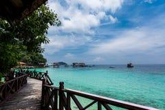 美丽的海滩在凌家卫岛海岛 免版税库存照片