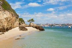 美丽的海滩在里斯本葡萄牙附近的塞图巴尔 免版税图库摄影