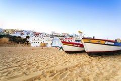 美丽的海滩在Carvoeiro,阿尔加威,葡萄牙 免版税库存照片