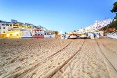 美丽的海滩在Carvoeiro,阿尔加威,葡萄牙 免版税库存图片