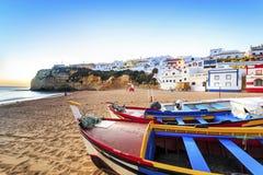 美丽的海滩在Carvoeiro,阿尔加威,葡萄牙 免版税图库摄影