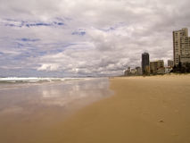 美丽的海滩多云天 图库摄影