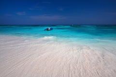 美丽的海滩用清楚的水 图库摄影