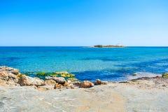 美丽的海滩用绿松石水 库存图片