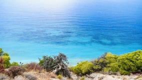 美丽的海滩看法与岩石峭壁的在Kefalonia海岛, Gr上 免版税库存照片