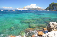 美丽的海滩美丽如画的夏天风景在小游艇船坞重创在capri海岛,意大利上 免版税图库摄影