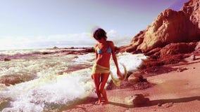 美丽的海滩舞蹈家 股票视频