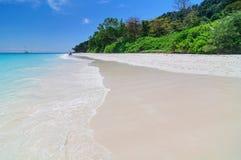 美丽的海滩,蓝天在夏天 库存图片