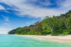 美丽的海滩,蓝天在夏天 库存照片
