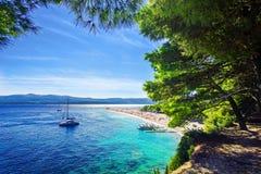 美丽的海滩Zlatni鼠或金黄海角在海岛Brac上在克罗地亚 图库摄影