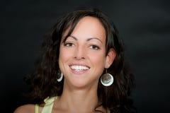 美丽的深色头发的笑的纵向妇女 免版税库存图片