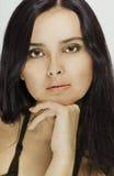 美丽的深色头发的纵向妇女 免版税库存图片
