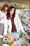 美丽的深色的买菜存储妇女 库存图片