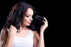 美丽的深色的卷发妇女 库存照片