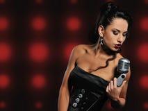 美丽的深色的唱歌的妇女 免版税库存照片