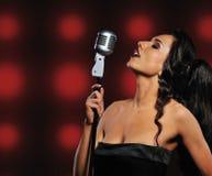 美丽的深色的唱歌的妇女 库存图片