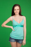 美好的微笑的深色的女孩佩带的短裤画象  库存图片