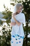 美丽的深色的头发女孩i冬季衣服 免版税库存照片
