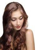美丽的深色的女孩。 健康长的头发 免版税库存照片
