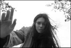 美丽的深色的女孩佩带的雨衣画象  库存图片