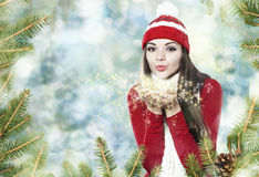 美丽的深色的女孩吹的星团-圣诞节画象 库存照片