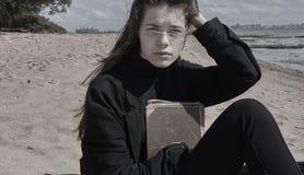 美丽的深色的女孩纵向 免版税库存照片
