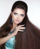 美丽的深色的女孩 健康长的头发 被修剪的钉子 义卖市场 免版税库存图片