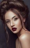 美丽的深色的女孩画象有marsala嘴唇和令人敬畏的发型的 免版税库存图片