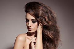 美丽的深色的妇女。卷曲长的头发。 库存图片