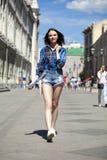 年轻美丽的深色的妇女全长画象蓝色j的 免版税库存照片