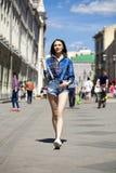 年轻美丽的深色的妇女全长画象蓝色j的 免版税库存图片