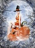 美丽的深色的妇女当万圣夜巫婆 免版税库存图片