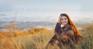 美丽的深色的妇女的画象有风秋天天 图库摄影