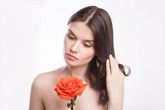 美丽的深色的妇女纵向有红色的上升了 免版税库存图片